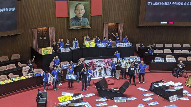 民眾黨團進場聲援國民黨。記者蔡佩芳/攝影
