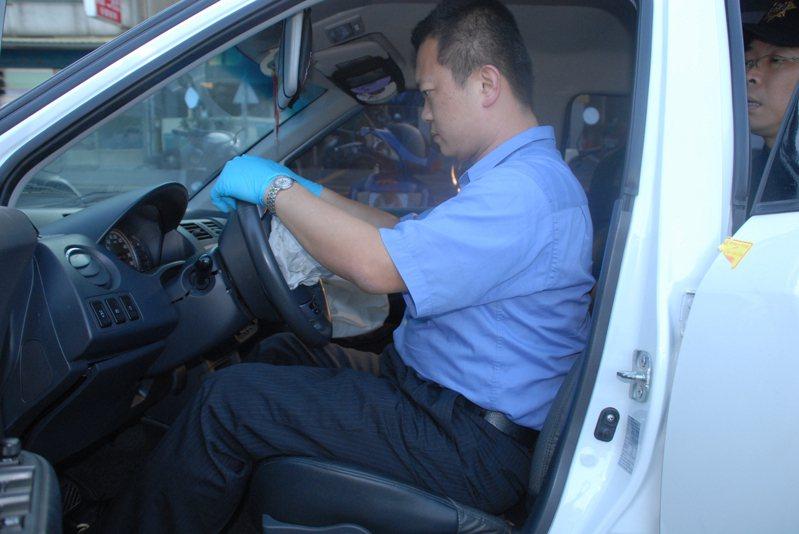 新竹市溪洲橋在2010年11月發生一起酒駕自撞的車禍,車內李姓、張姓男子都不承認是駕駛,警方透過二人傷勢,以及轎車內位置,判斷肇事駕駛。 記者陳宏睿/翻攝