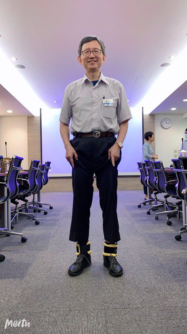台大前院長王明鉅走路向來健步如飛,但最近他常向朋友捲起褲管,讓人看見他腳踝上綁著...