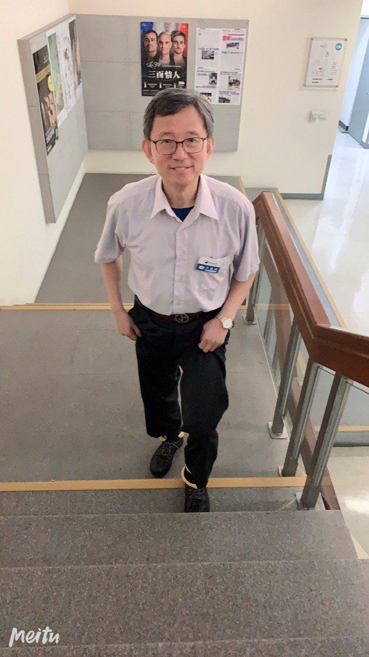 最近幾個月,台大前副院長王明鉅從每隻腳500公克重量開始慢慢增加,現在每天戴著每...