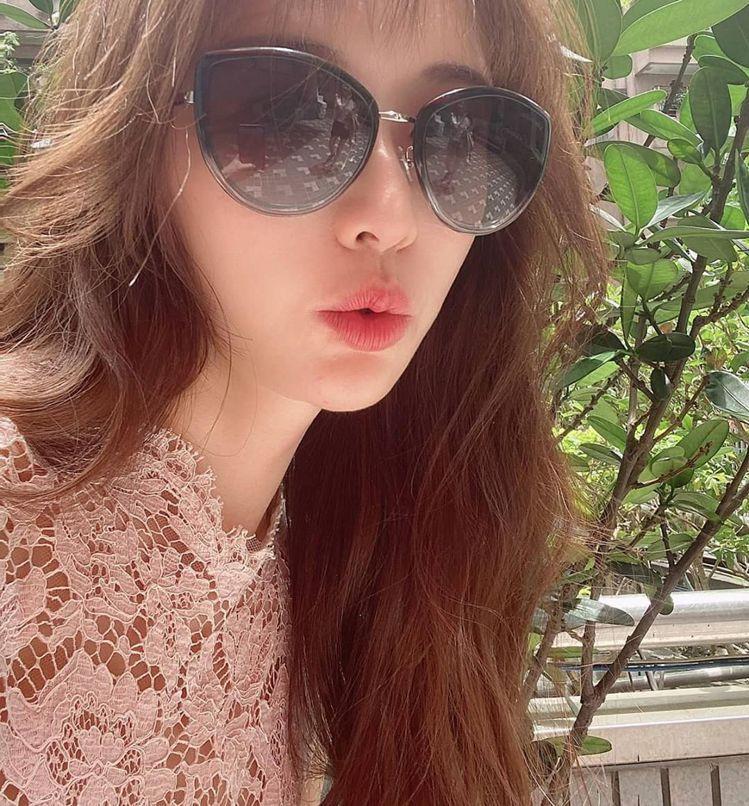 林志玲一早在個人官方ig貼出美照,配戴上浪琴太陽眼鏡、並跟粉絲熱情說早安。圖 /...