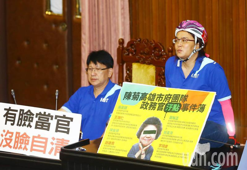 國民黨立院黨團為阻止監察院長被提名人陳菊至立法院備詢,強占議場主席台後,藍委陳玉珍(右)戴著安全帽,一人端坐在主席台上。記者杜建重/攝影