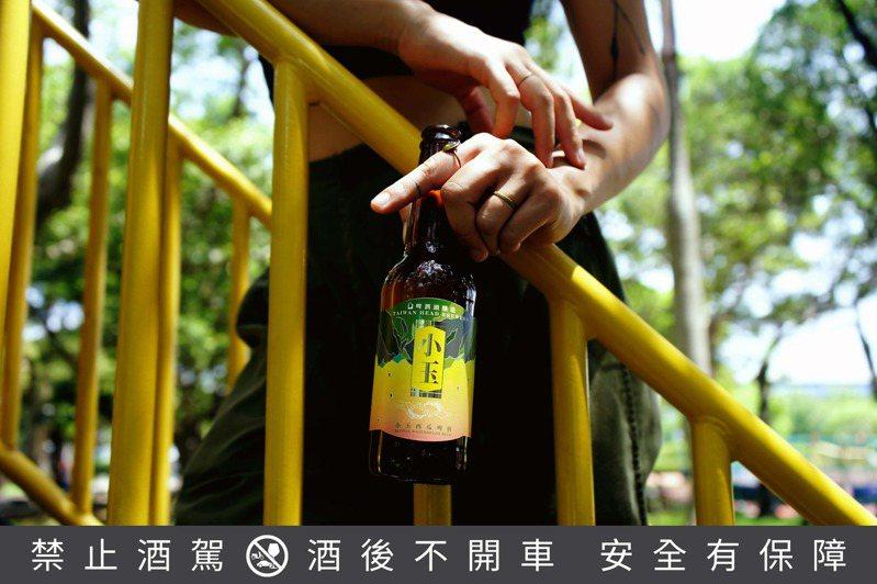 家常系列中的新品「小玉Blonde Watermelon Beer」,選用台灣雅甜細緻的小玉西瓜來釀造,啤酒的成色如同小玉西瓜般金黃透亮。圖/啤酒頭釀造提供