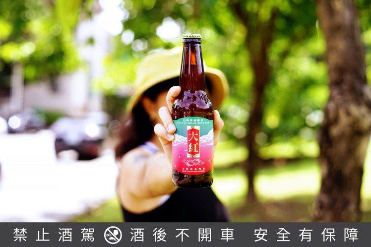 啤酒頭新推出的「大紅 Ruby Watermelon Beer」,選用台灣大紅西...