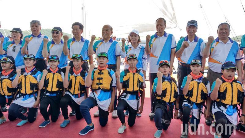 行政院長蘇貞昌與岳明國小的小帆手,共同搭乘重量級帆船出海,向大海致敬。 記者戴永華/攝影