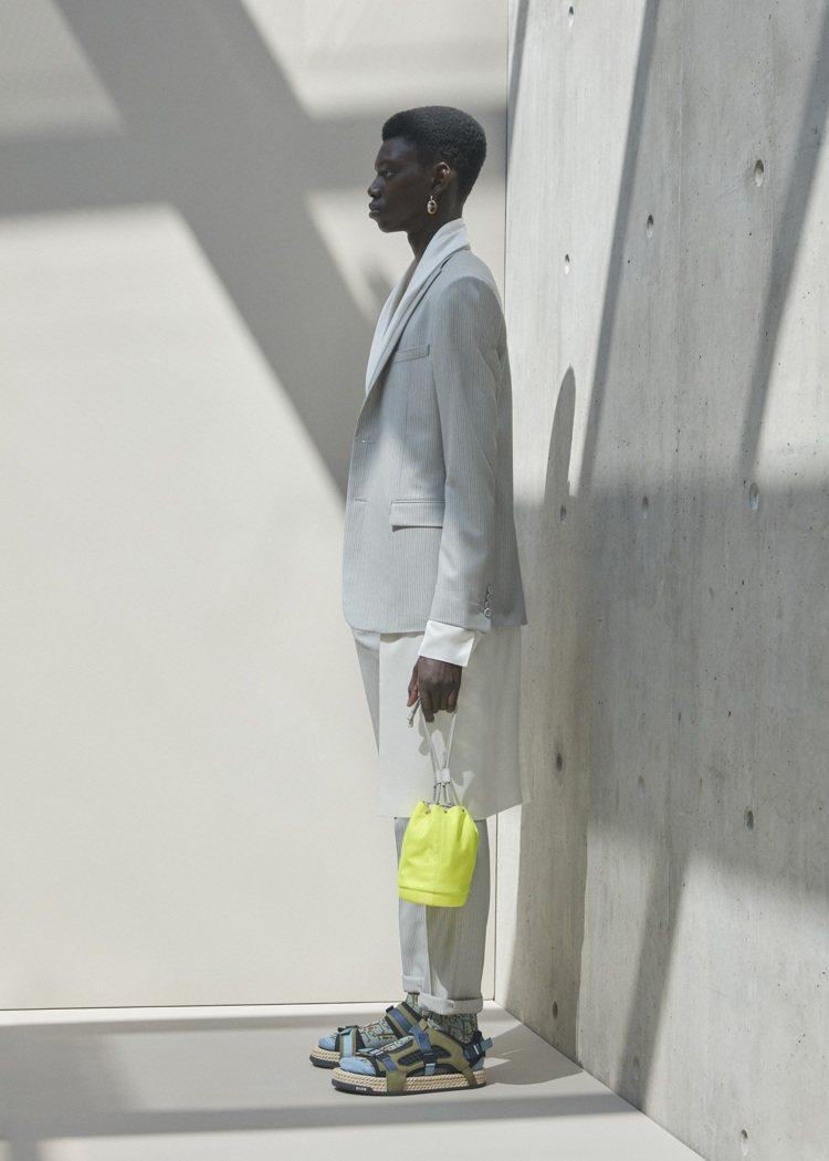 束口提包是DIOR 2021夏季系列男裝新品。圖/DIOR提供