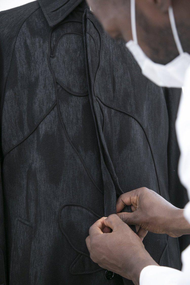 Amoako Boafo創作的人物肖像以直接或隱晦的方式呈現在服裝上。圖/DIO...
