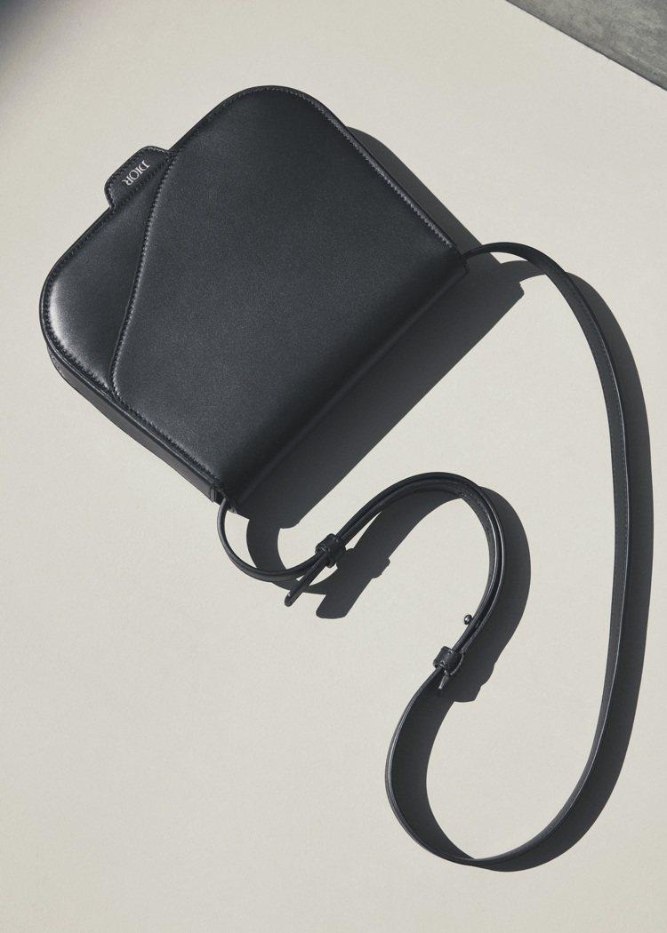 來自Saddle馬鞍包延伸的變款側背包。圖/DIOR提供