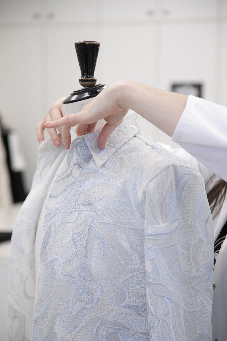 包括刺繡、針織和嵌花等細膩工藝,都讓服裝成為畫布,展現畫作筆觸中的立體浮雕質感。...