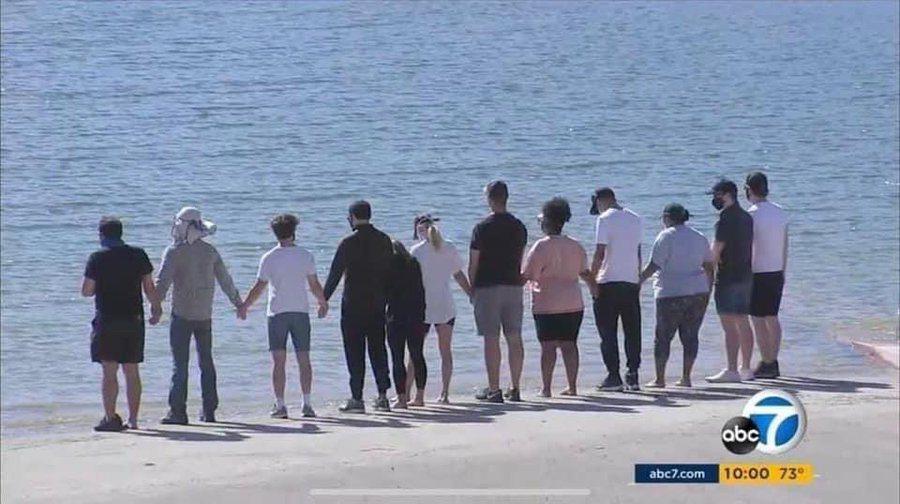 「歡樂合唱團」演員與娜亞里維拉家人一起到皮魯湖,向她致意、道別。圖/摘自Twit...