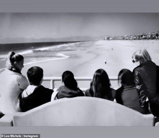 「歡樂合唱團」幾位演員當年一起看海,不知道幾年後就會面對一堆重大變故。圖/摘自I...