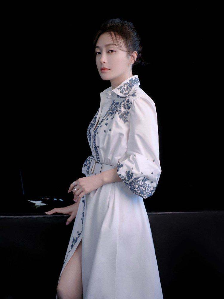 秦嵐優雅演繹Bluegrace珠飾刺繡襯衫式洋裝。圖/VALENTINO提供