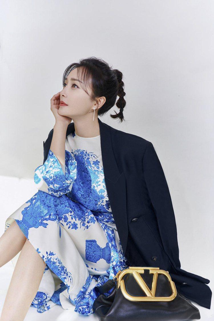 秦嵐穿Bluegrace印花洋裝。圖/VALENTINO提供