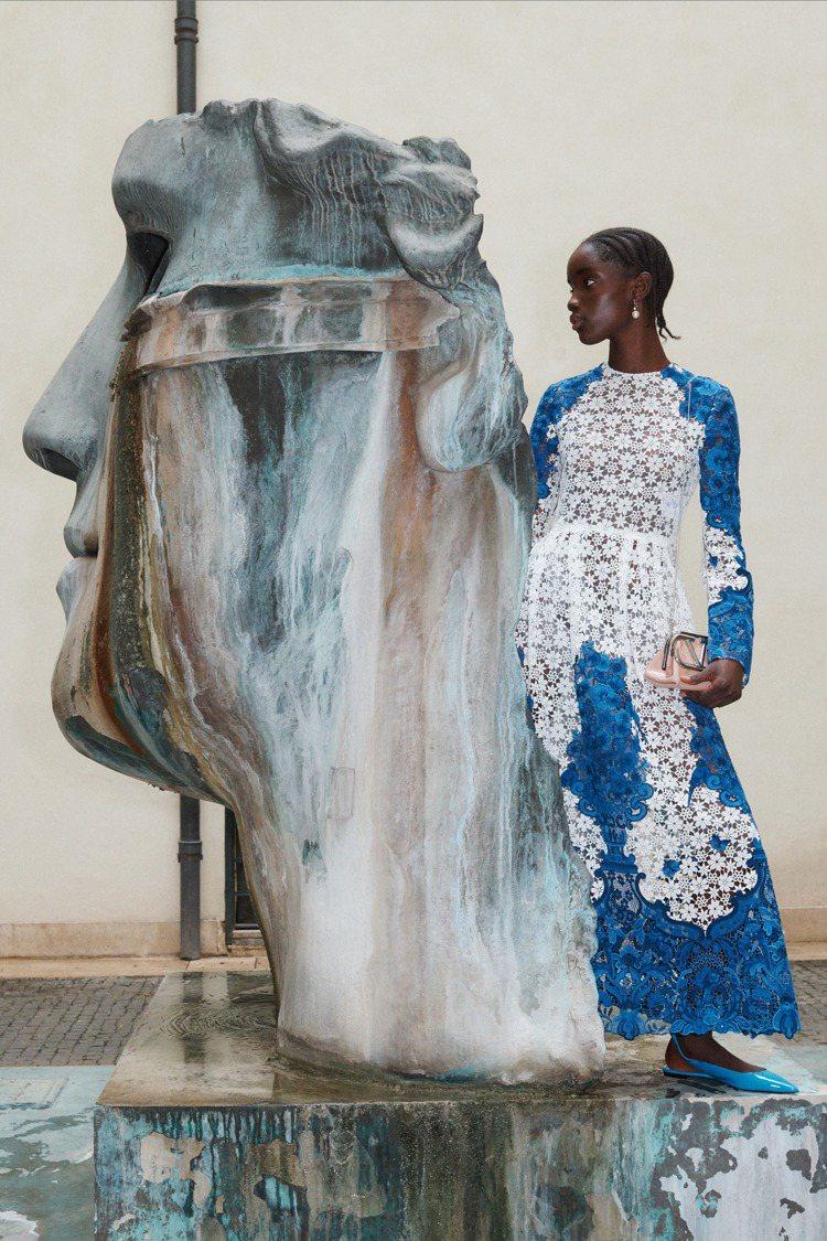 VALENTINO今年秋季系列有一組Bluegrace主題圖案,是從荷蘭著名的代...