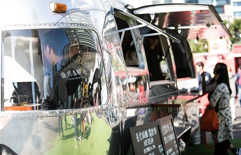 誠品生活松菸店8月1日至8月23日攜手臺虎精釀,在於1樓屋簷下推出「臺虎露飲車」。圖/誠品提供