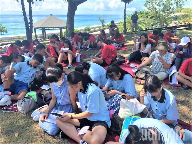參與學生及民眾在大樹蔭下,吹著海風、聽音樂,享受閱讀樂趣。記者羅紹平/攝影