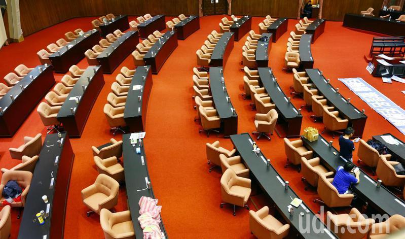 監察院長被提名人陳菊因無法順利上台進行資格審查而在近午離開。中午過後,綠委全數退場,委員席上只剩一位藍委。記者杜建重/攝影