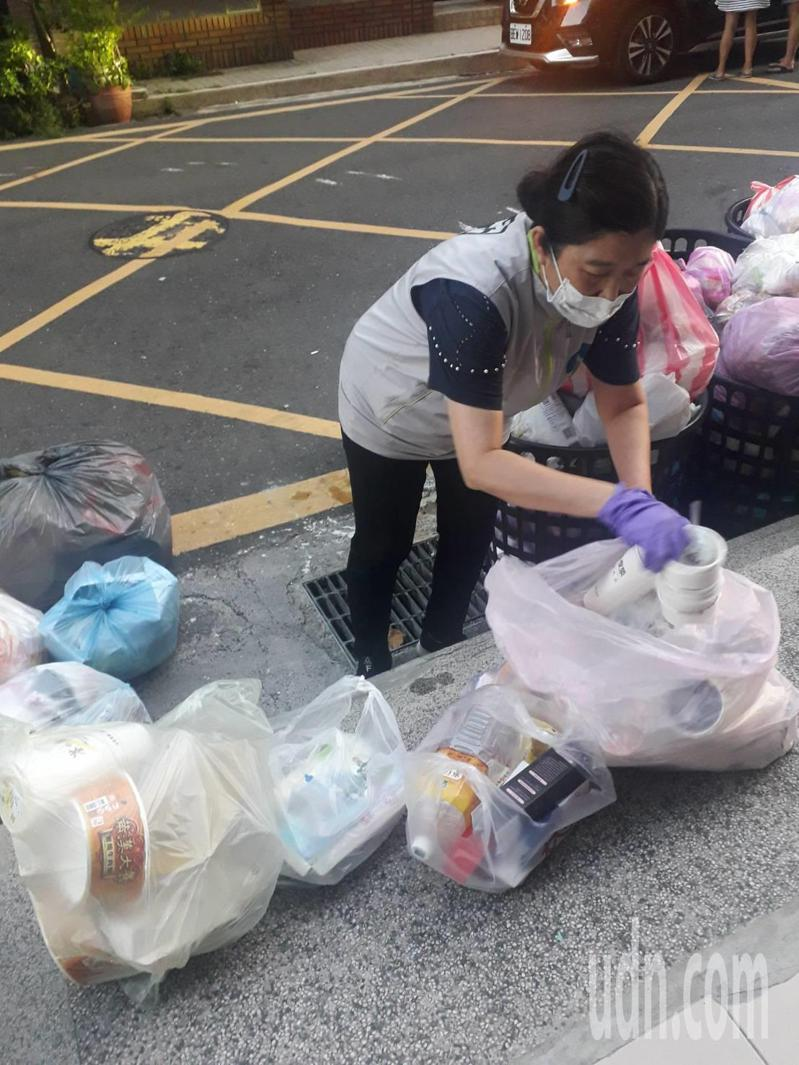 台南市環保局擴大垃圾強制分類稽查,揪出暗藏回收物的垃圾包。記者鄭惠仁/攝影