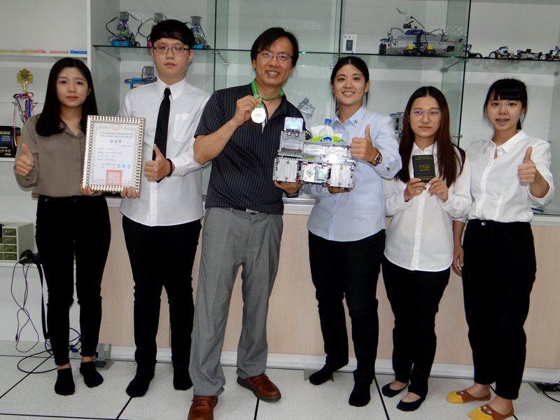 正修科技大學資管系團隊研發「IOT服務型機器人」,參加綠點子國際發明設計競賽獲得「鈦金獎」。記者徐白櫻/攝影