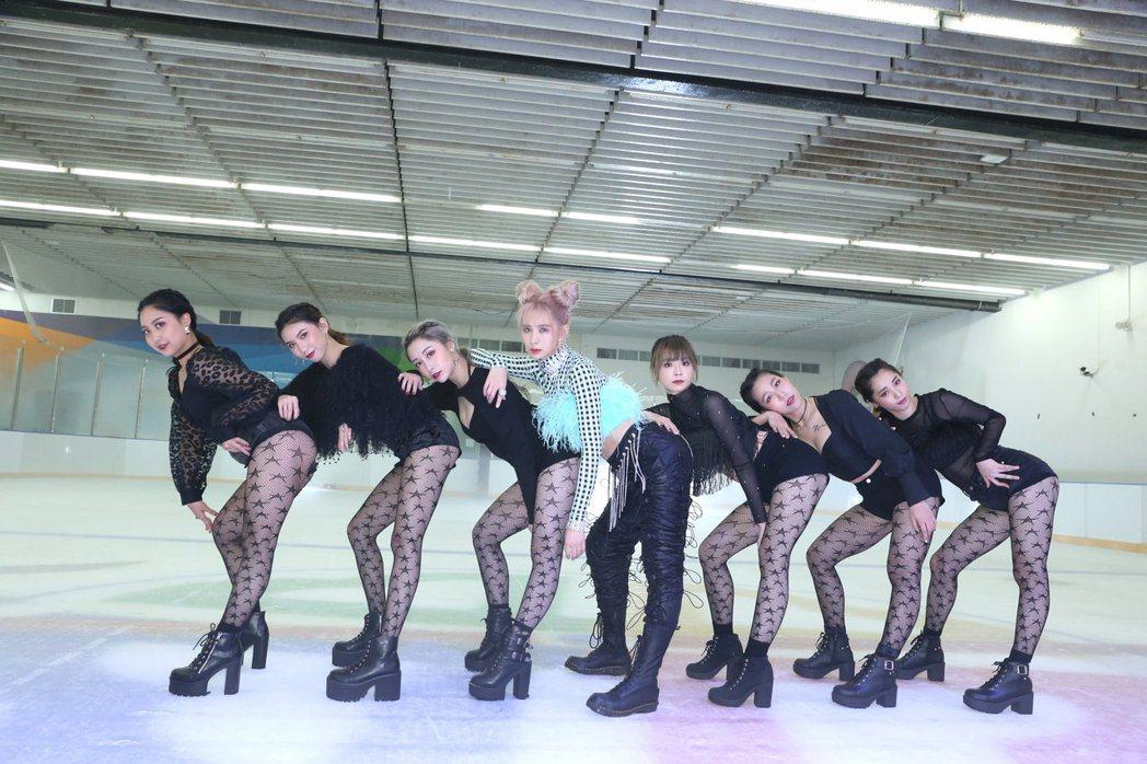 安心亞(中)在MV裡展現舞技。圖/環球音樂提供