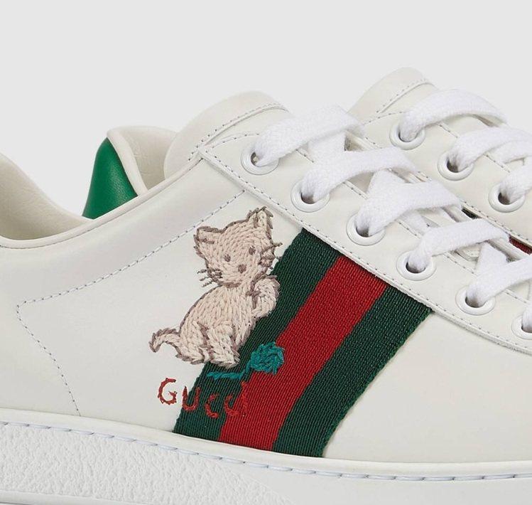 米色小貓舉起一隻腳像是在整理毛,旁邊還有綠色的毛線球,增添滿滿童趣,相信貓奴們一...