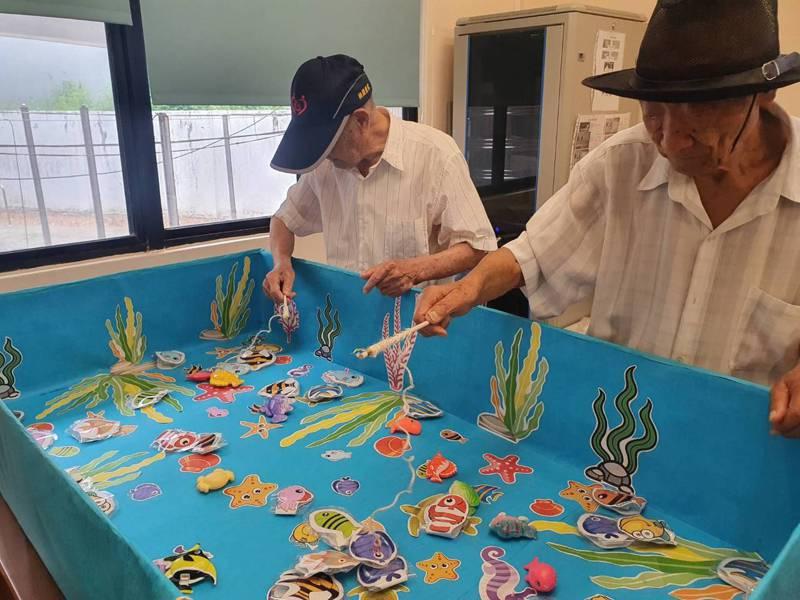 桃園榮譽國民之家附設社區式「日間照顧中心」今天揭牌,自製48種有趣教具,包括指間投籃、懷舊釣魚小遊戲等,讓長者們在訓練手腳協調力之餘,也能玩得盡興。記者陳夢茹/攝影
