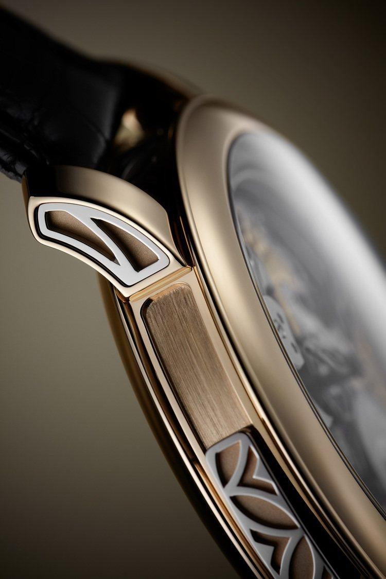 編號5303R-001三問腕表表側與表耳裝飾白金葉子圖案嵌花。圖/百達翡麗提供