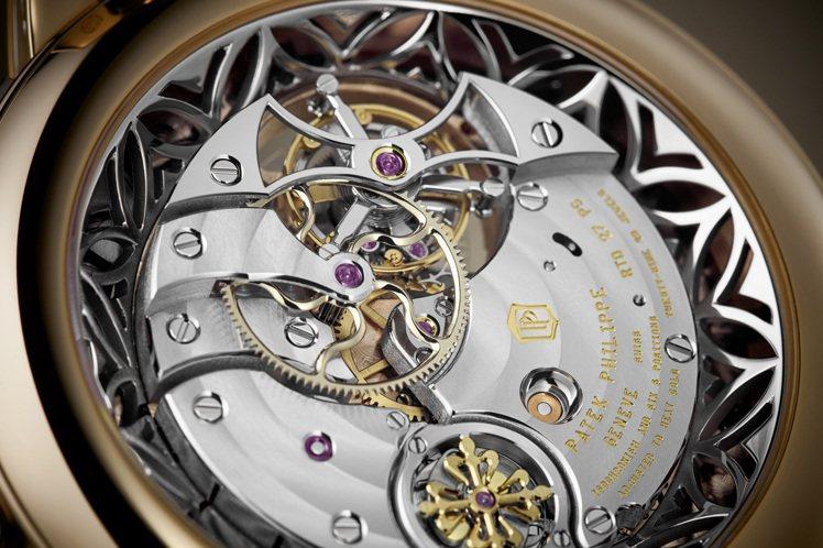 編號5303R-001三問腕表正面結構精彩,背面精緻的白金鏤空環形外框,與表側葉...