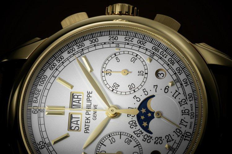 編號5270J-001萬年曆計時碼表,以黃金搭配乳白色表面,配色典雅。圖/百達翡...