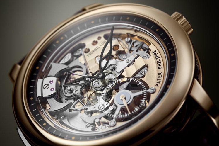 編號5303R-001三問腕表,正面就能欣賞三問打簧和陀飛輪轉動。圖/百達翡麗提...
