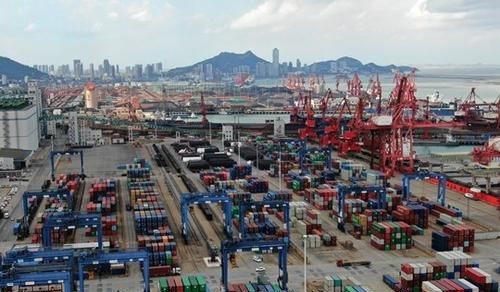 根據大陸海關總署的統計數據,今年上半年,台灣對大陸享有578.25億美元貿易順差。 (中新社)