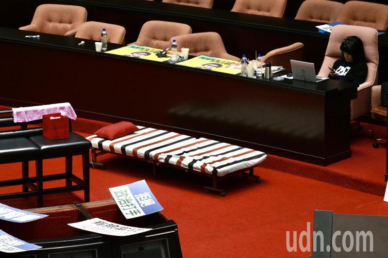 國民黨持續占據主席台,也備妥行軍床,輪班徹夜守候,全力阻擋。記者黃義書/攝影