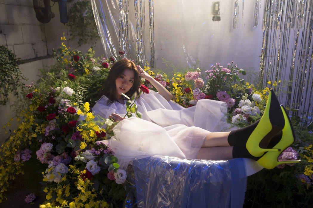 關詩敏拍攝「美麗的 我不碰就是了」MV。圖/亞神音樂提供