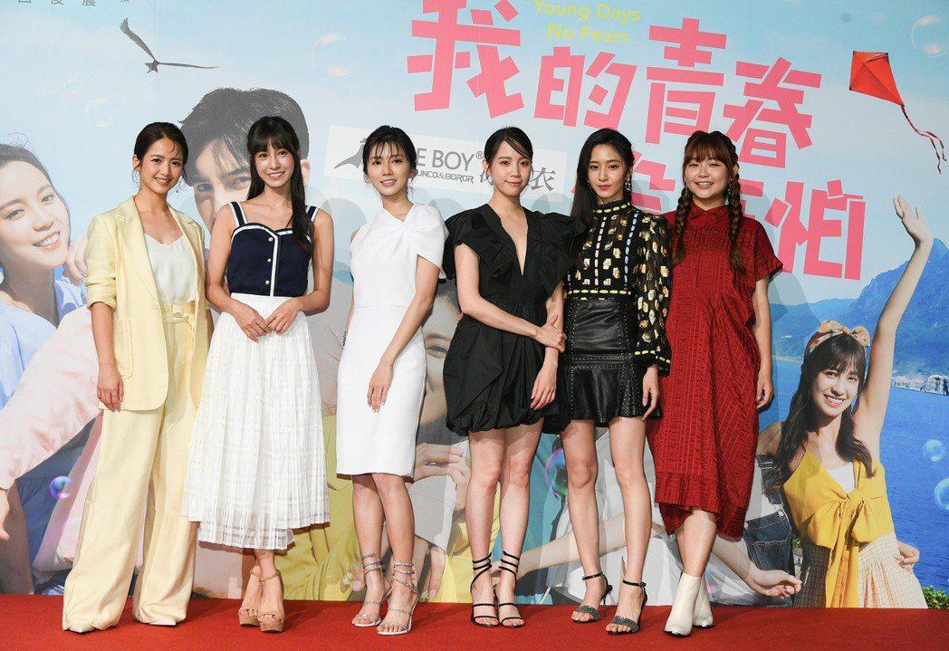 臧芮軒(左起)陳敬宣、蔡黃汝、程予希、謝翔雅和喬雅琳一起合作「我的青春沒在怕」。...