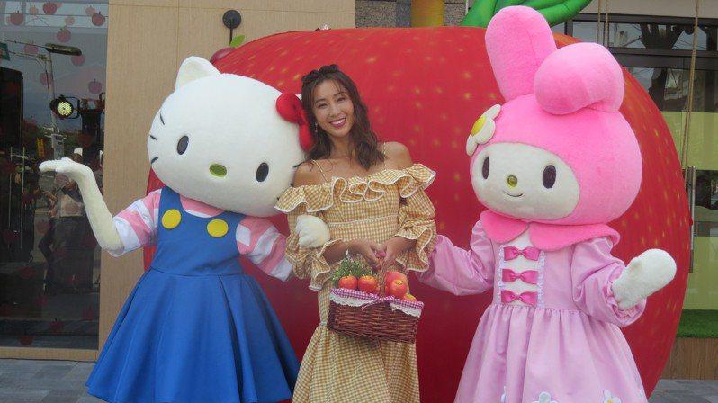 Hello Kitty蘋果村親子餐廳今天在苗栗縣頭份市開幕,藝人隋棠(中)擔任一日村長,吸引了目光。記者范榮達/攝影