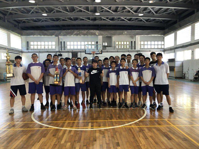 基隆市建德国中没有体育班,但校内篮球队在体育老师林月华带领下,成绩耀眼。 图/林月华提供