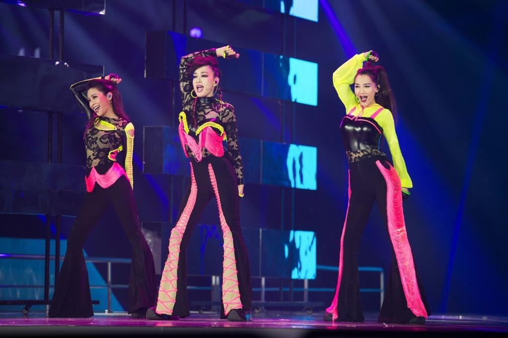 Cindy袁詠琳(左起)、鍾麗緹及阿朵勁歌熱舞演出。圖/芒果TV提供