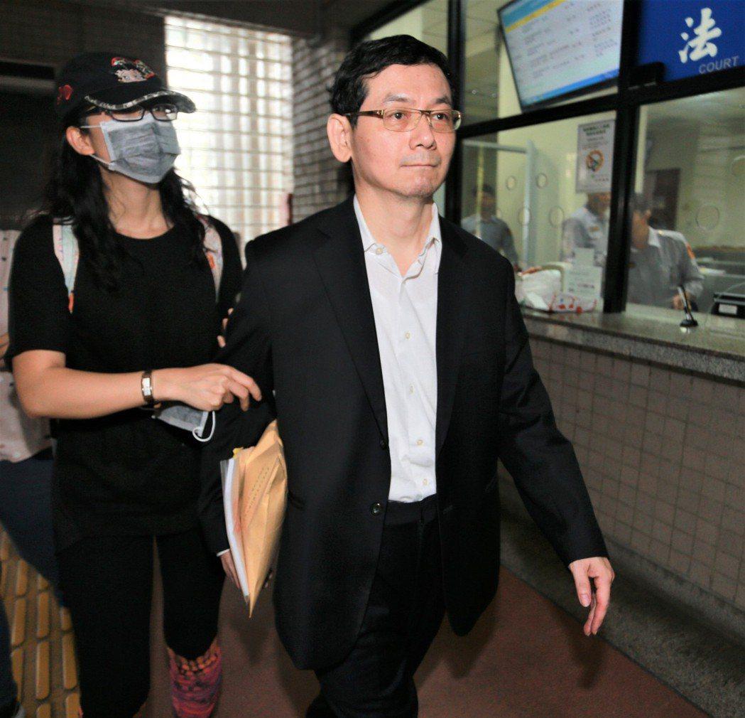 慶富公司前執行長簡良鑑(右)向法院自訴陳慶男夫妻涉損害債權。圖/本報資料照