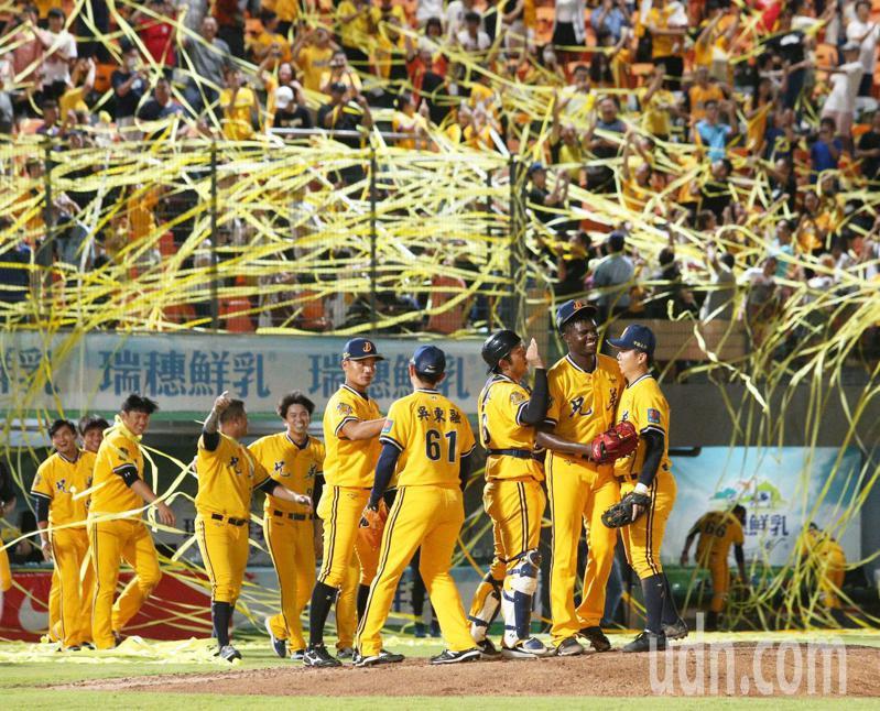 中信兄弟終於贏得上半球季冠軍,在統一獅主場拋下黃彩帶,隊友湧向投手德保拉(右二)慶賀。記者劉學聖/攝影