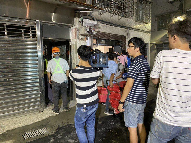 因道路塌陷被迫離家的民眾,昨晚雖確認水電瓦斯等管線安全後,仍只有6戶返家。圖/新北市工務局提供