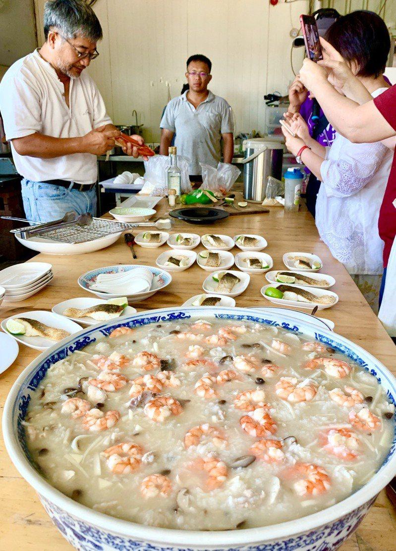 在邱家庭院吃午餐,老闆娘做的「打氣粥」,鋪滿紅豔豔的白蝦。圖/蔡珠兒提供