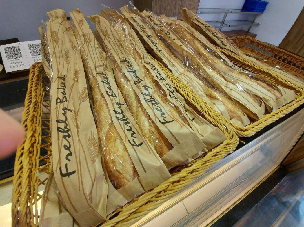 南臺科大餐旅系學生製作的法國長棍麵包,相當師生受到歡迎。  南臺科大/提供
