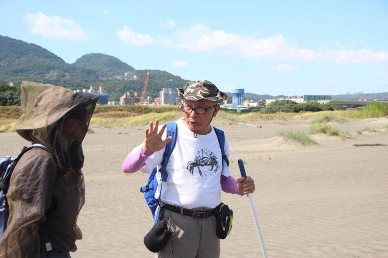 73歲八里的文史工作者、生態觀察者周先生,退休後從「盲人摸象」不了解生態,到處跑...