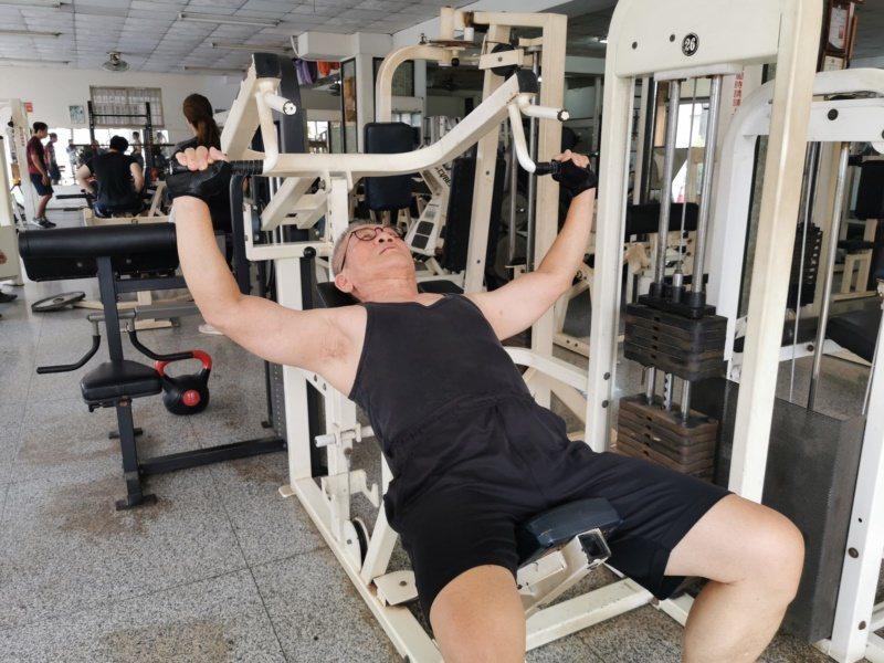 賴昇宏退休後全力投入健身、重訓,感覺身上病痛不藥而癒,呼籲每個人都應該為健康「超...