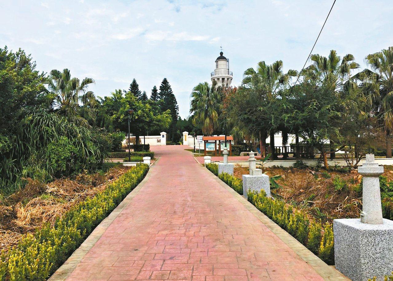 桃園市政府觀旅局今年初完成白沙岬燈塔旁小燈塔公園的亮點營造,整合公園鋪面形式並順...