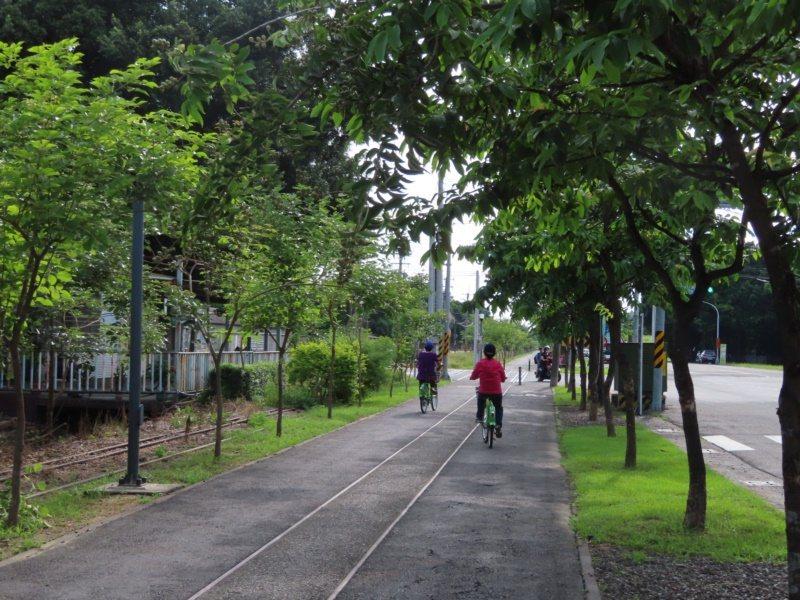 台南新營建構完整自行車道,沿途常有大片綠蔭,沿著舊糖鐵建構,適合銀髮族朋友結伴騎...