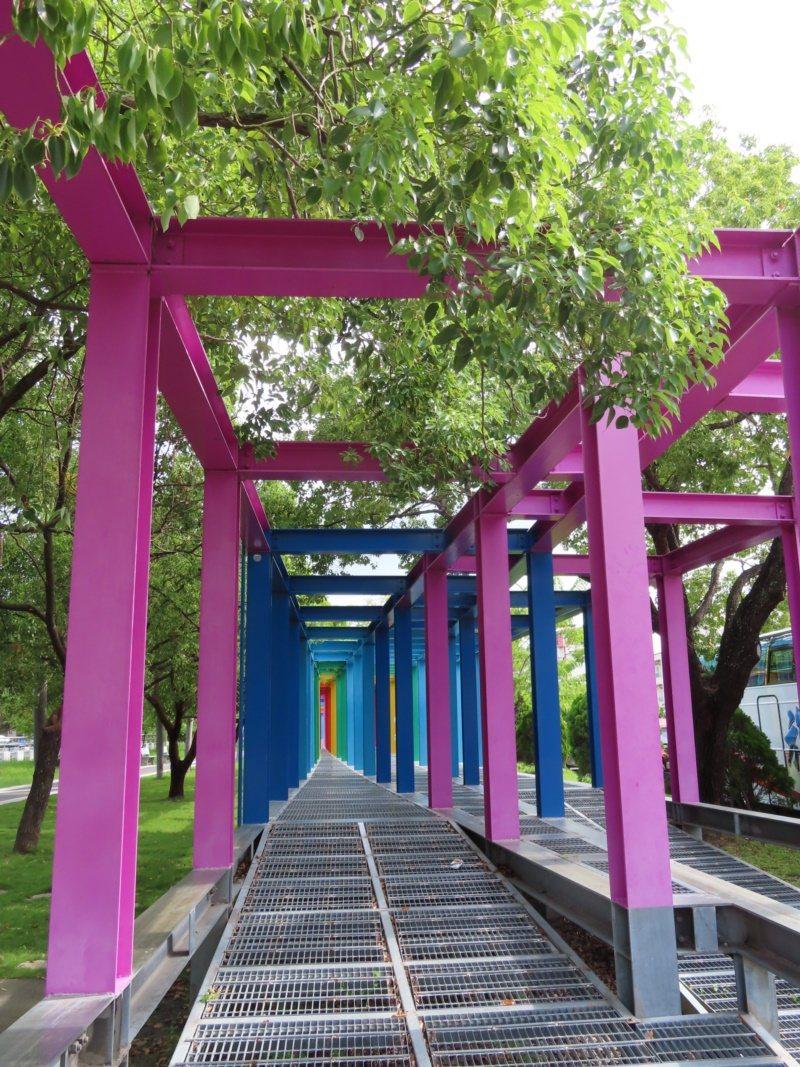 台南新營建構完整自行車道,適合銀髮族朋友結伴騎行。 圖/新營區公所提供