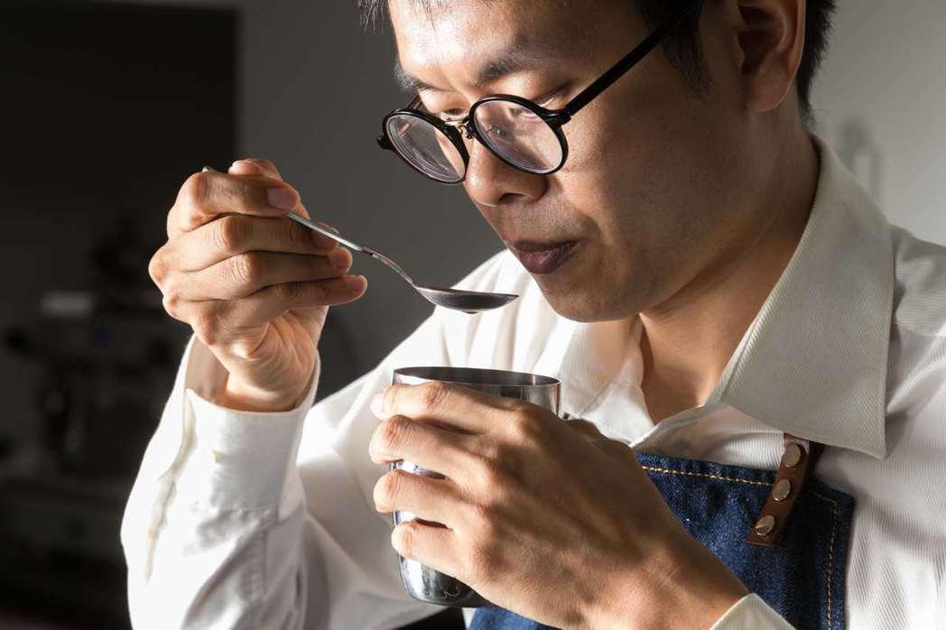 SCAA(美國精品咖啡協會)評鑑師、也是貝納頌首席咖啡師—劉俊呈。記者陳立凱/攝...