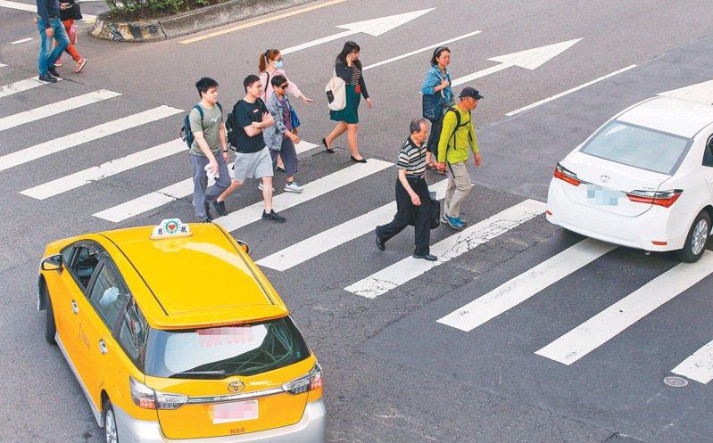 在台灣過馬路,行人常常要等車輛通過才走得了。 聯合報系資料照/記者陳柏亨攝影