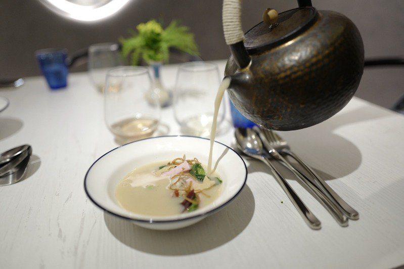 醃篤鮮,用豆漿與老母雞、伊比利火腿骨熬高湯,模擬奶白的湯頭,上桌時才注入碗中。 ...